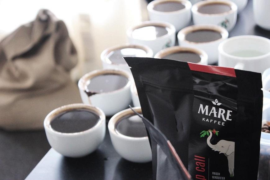wake-up call von Mare Kaffee neben Kaffeetassen bei Kaffeeverkostung